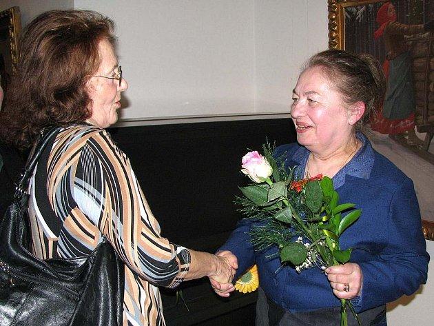 Milada Hynková (vpravo) přijímá gratulaci. Jak vzniká aradecor, je možné vidět už jen v jejím kdyňském ateliéru.