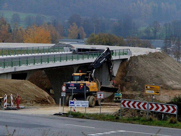 V příhraničním Furthu im Wald vyrůstá i v těchto dnech obchvat.