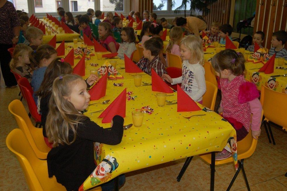 Domažličtí prvňáčci po obdržení pololetního vysvědčení šli na slavnostní oběd.