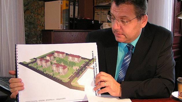 Starosta Domažlic Miroslav Mach představil studii nových bytovek v bývalých kasárnách.