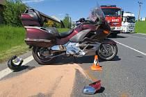 Třiatřicetiletá řidička mercedesu přejížděla silnici první třídy a přehlédla motorkáře. Ten při nehodě utrpěl naštěstí jen lehké zranění.