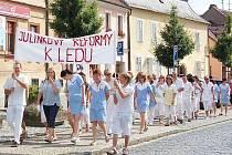 Včera stávkovali zdravotníci i strojvedoucí. ´ Mašinfírové´ poukázali  protestem na nesmyslný dopad důchodové reformy. Personál Domažlické nemocnice zase nesouhlasí s chystanou reformou zdravotnictví. Zdravotníci dokonce vyrazili do ulic.