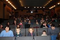 Koledníci viděli na závěr tříkrálové sbírky za odměnu film v kině Čakan