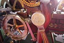 Stroj vyrobila v roce 1893 firma L. Hainz. Její mechanici přijedou  hodiny opravit.