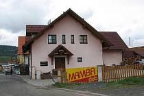 V tomto růžovém domě - klubu Mamba, došlo k napadení mladé ženy německým zákazníkem. Jeho řádění zaplatila životem.
