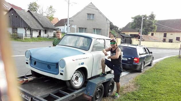 ZÁVODNÍK Břetislav Šindelář se svým trabantem.