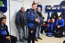 Trenér Jiskry Pavel Vaigl (na snímku stojící uprostřed), prezident Jaroslav Ticháček (vpravo) a jednatel klubu Václav Sladký (vlevo) hovoří k hráčům při prvním tréninku.
