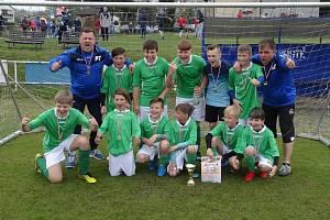 Radost vítězného týmu FK Holýšov na mrákovském turnaji Alset cup 2019.