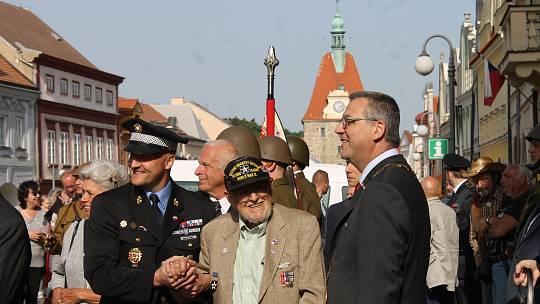 James Duncan (uprostřed), veterán druhé světové války při oslavách svobody v Domažlicích 5. 5. 2018.