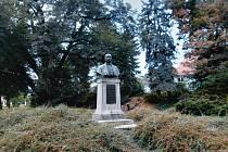 Pomník MUDr. Antonína Steidla v Domažlicích.