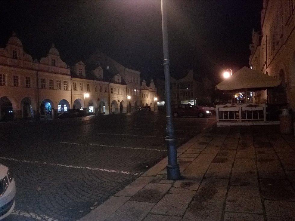 Domažlické náměstí po 21. hodině.