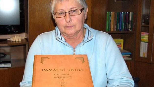Helena Klimentová z Kouta na Šumavě se  před pěti lety stala kronikářkou  místního sboru dobrovolných hasičů. Tato práce je jejím velkým koníčkem.