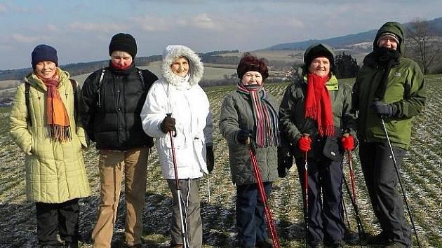 Z mrazivé nedělní vycházky domažlických turistů. Na poli mezi řádky. Jen sníh chybí.