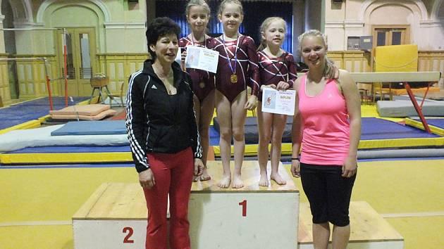 Na snímku jsou zleva trenérka Jitka Hříbalová, Petra Kůgelová, Nelly Brožová, Tereza Schirová a Mirka Duffková.