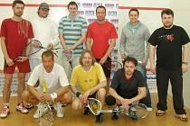 SPOLEČNÉ FOTO. Jarního squashového turnaje, který se uskutečnil v domažlickém Sportovním centru, se zúčastnilo devět hráčů. Bojovalo se nejprve systémem každý s každým, poslední hráč vypadl a zbývající se utkali ve vyřazovacích bojích.