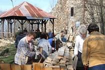 Kdyňští turisté připravili Rýzmberk na sobotní Jarní setkání turistů Plzeňského kraje.