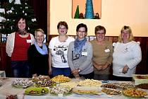 Z VÁNOČNÍ VÝSTAVY 2014. Zleva Milena Hánová, Pavlína Vacíková, Andrea Pivoňková, Lenka Ticháčková, Marie Konopová a Radka Prokelová.