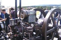 STABILNÍ MOTOR zn. Deutz  r. v. 1925 budil v Seugenhofu obrovskou pozornost.