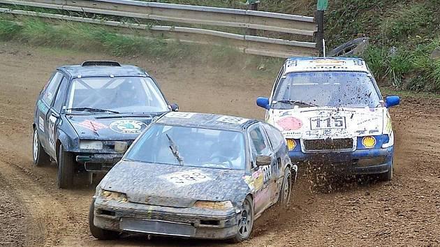 Tito jezdci se určitě postarají o pořádné drama ve finálové jízdě divize do 1600 ccm. Vpředu jede Josef Suda s Hondou CRX, těsně za ním jsou felicie Jiřího Terše (vlevo) a Petra Březiny.