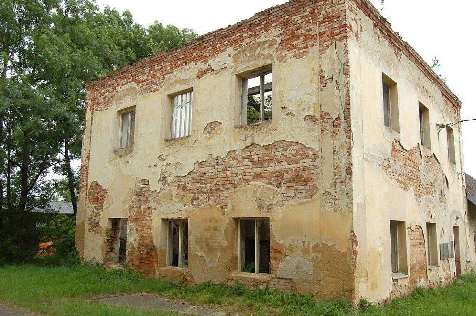 Ruinu domu vedle maxovského kostela městys od nynějšího majitele odkoupí, zlikviduje a na jejím místě vybuduje malé parkoviště