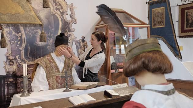 POSLEDNÍ ÚPRAVY. Slávka Štrbová kontroluje figurínu kněze, která je součástí nové výstavy.
