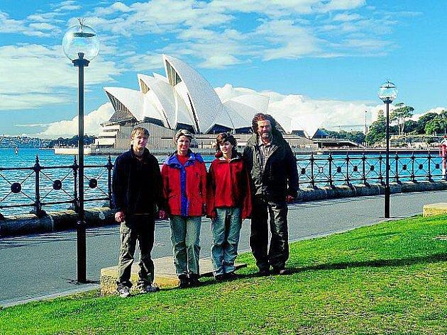 ŠIMÁNKOVI V AUSTRÁLII. Leoš Šimánek (zprava) s dcerou Veronikou, manželkou Lenkou a synem Jakubem zapózovali před známou australskou stavbou – operou v Sydney.