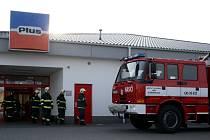 Tři zásahové vozy domažlických hasičů vyjížděly ve čtvrtek 19.2.2009 ke spálenému pečivu v pekárně domažlického supermarketu Plus
