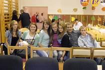 Mezinarodní skupinka žáků.