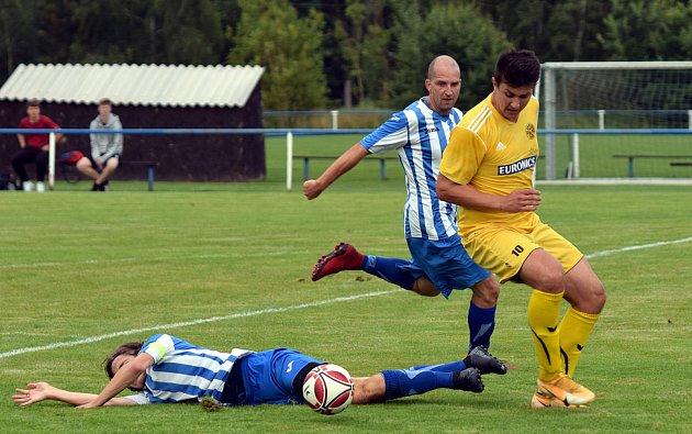 Fotbalisté Staňkova (na archivním snímku hráči vmodrobílé kombinaci dresů) remizovali sNýrskem 4:4. Na penalty pak prohráli 8:9.