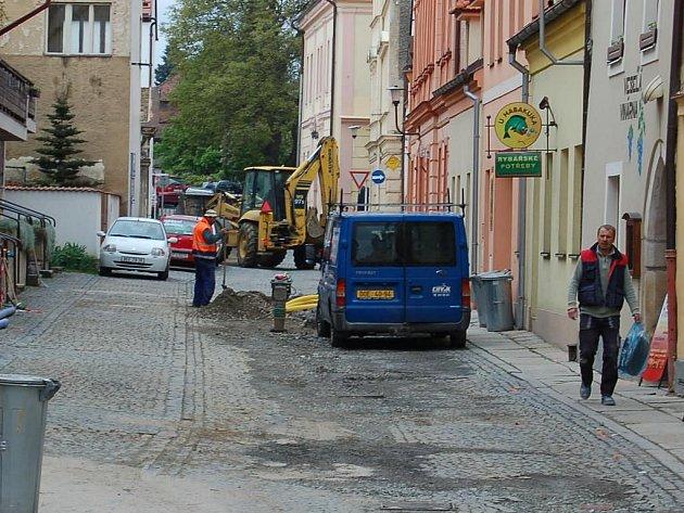 Stavební práce ve Školní ulici v Domažlicích.