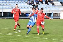 DOMAŽLICKÝ JAN SUCHÝ (v modrém) bojuje o míč s klatovským Tomášem Partynglem.