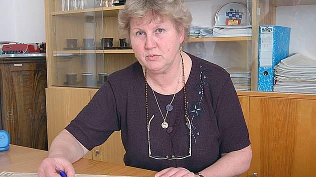 Všerubská Starostka Ludmila Rousová  nad plánem obce.