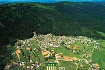Letecký pohled na Díly, dole znak obce.