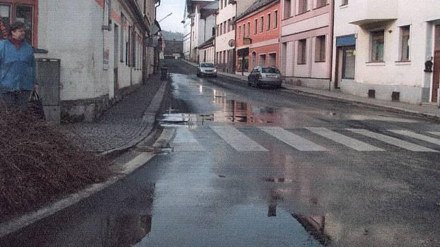 Komenského ulice ve Kdyni je už půl roku zamořena fekáliemi. Stále ještě není určen viník.