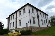 Bývalá škola. Dnes je v přízemí obecní úřadovna, klubovna a malý sál, nahoře pak dva byty 3+KK.