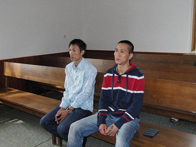 ZE ZAHAJOVACÍHO JEDNÁNÍ. Tito dva muži stanuli kvůli bitce v tržnici na lavici obžalovaných.