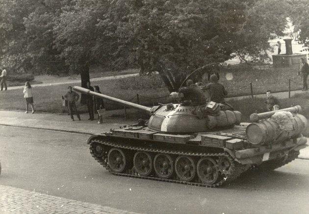 Domažličané v parku v Husově ulici sledují v pohnutý den – 21. srpna 1968 příjezd tanku sovětské okupační  armády.