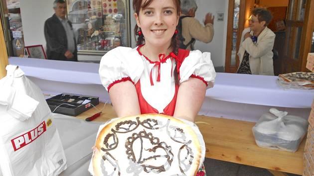 DEJTE SI CHODSKÝ KOLÁČ. Kamila Anderlová ukazuje bořický koláč, které už od pátku prodává na  náměstí.
