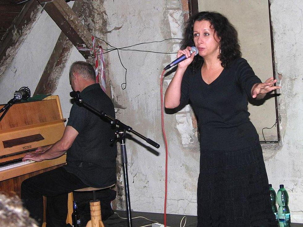 ESTER KOČIČKOVÁ. Při Domažlickém Kulturovaru výborně pobavila diváky, kteří zcela zaplnili židle a desítky dalších při jejím koncertu s Lubošem Nohavicou různě postávaly v prostorách pivovaru.