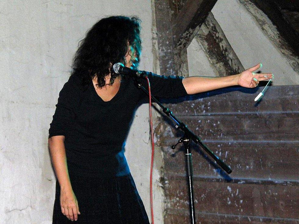 ESTER KOČIČKOVÁ. Při Domažlickém Kulturovaru zpívala  na téma dámských hygienických potřeb, když tu jedna přilétla z hlediště.