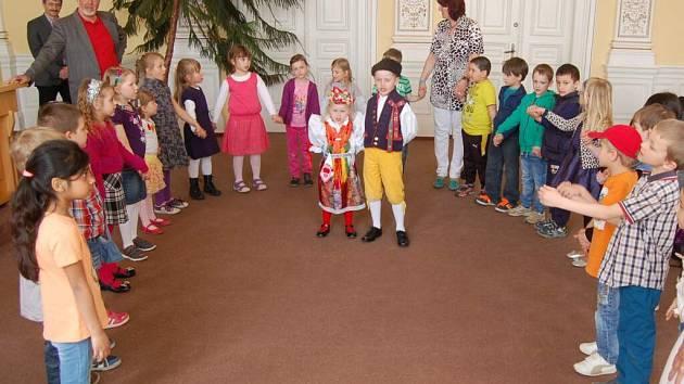 Společné setkání předškoláků ze školek v Domažlicích a Furthu im Wald na domažlické radnici.