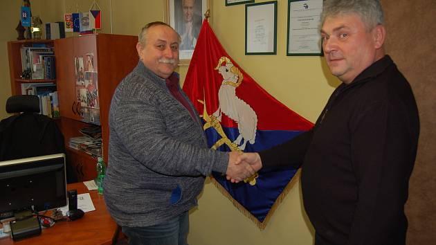 Starosta obce Blížejov Jiří Červenka (vlevo) s jednatelem firmy BauWald, s.r.o., Liborem Kulířem úzce spolupracují na projektech týkajících se bydlení již několik let.