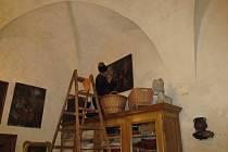 Právě probíhá úklid na zámku v Horšovském Týně.