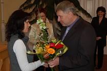 MEZI PRVNÍMI GRATULANTY byl i místostarosta města Domažlice Karel Štípek. Ljubov Popovské předal květiny.