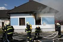 HASIČI PŘI ZÁSAHU V BŘEZÍ. Hořela tam budova, v níž byl před lety noční klub.
