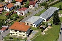 LETECKÝ POHLED NA MECLOV, pod který správou spadají obce Bozdíš, Březí, Jeníkovice, Mašovice, Mračnice, Mrchojedy, Němčice a Třebnice. V popředí meclovská škola a mateřinka.