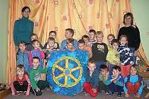 KOLOVEČTÍ PŘEDŠKOLÁCI. Znak městyse vytvořili s učitelkami. Na snímku třída Berušek a učitelky Jana Součková a Michaela Soupírová.