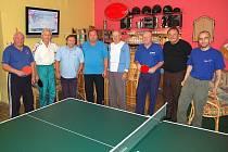 Účastníci Vánočního turnaje ve stolním tenisu pro tělesně postižené a přátele v klubovně MCT ve Spálenci.