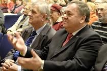 Jan Látka (vpravo) na besedě s prezidentem v MKS Domažlice.