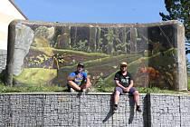Stěna bunkru na holýšovském sídlišti se proměnila v umělecké dílo. Graffiti na něm vytvořili Jaroslav Hájek alias Sweap a Tomáš Mráz přezdívaný Dr.ops.